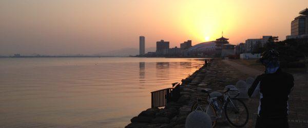 琵琶湖と滋賀県立芸術劇場びわ湖ホールの上に出た朝日。
