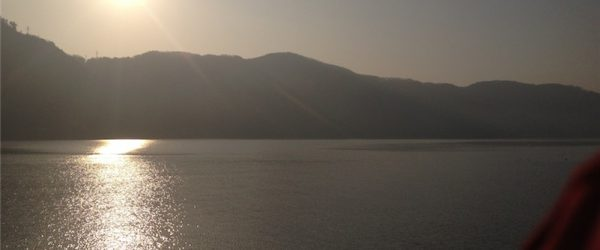 琵琶湖と山、その向こうに太陽