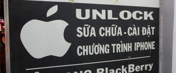 iPhone UNLOCKの文字。Simロック解除を意味します。