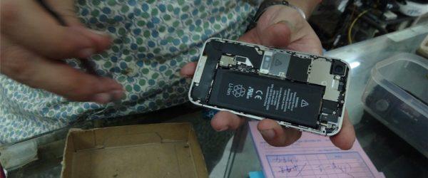 iPhoneSimフリー屋さんの流れるような手つき。