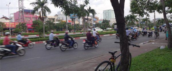自転車とベトナムの街並
