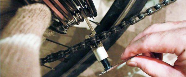 マルチツールキット付属の六角ネジで反対側から短い棒を押し出す