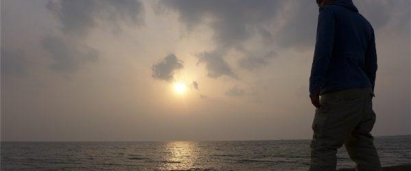 海を見てひとり黄昏れるの図