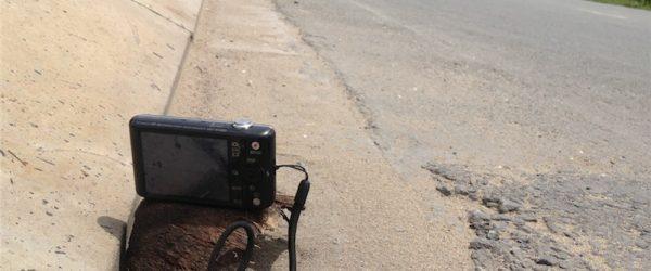 ヤシの実を土台にしてカメラを乗せる