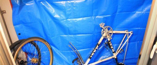 塗装材が周りに付着する可能性大なので、ブルーシートなどで覆うと安全です。