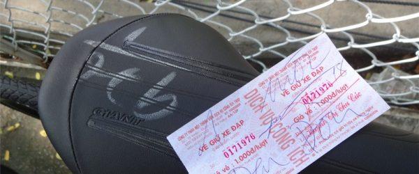 駐輪場でサドルに書かれた番号